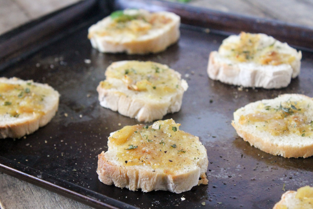 Easy Garlic Bread| Ten at the table| http://tenatthetable.com